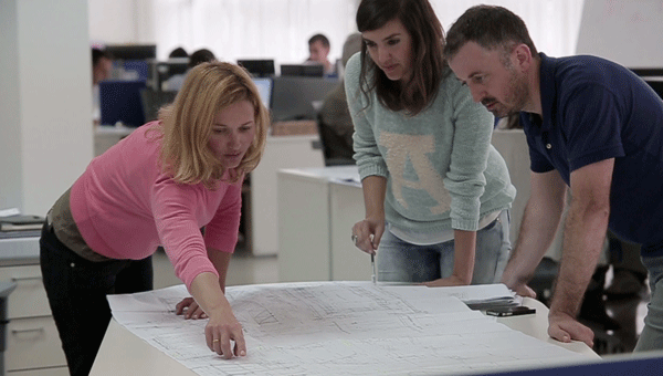 Personas trabajando mirando un plano